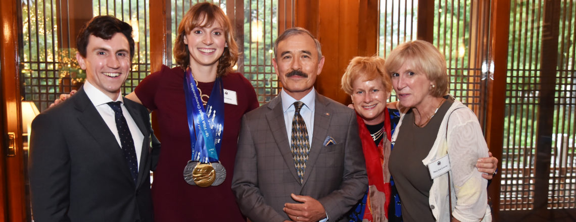 해리 해리스 주한미국대사, 하비브 하우스에서 미국 수영선수 케이티 레데키 축하