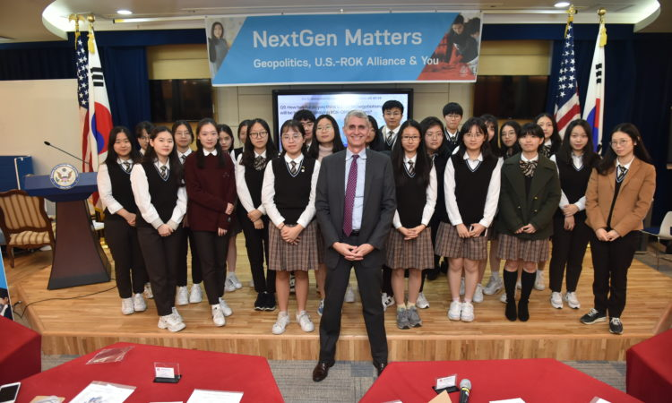 Minister Counselor for Public Affairs Moss Talks About Geopolitics with Korean Youth