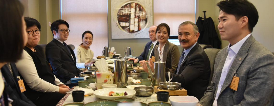 Ambassador Harris Meets Alumni of U.S. Exchange Programs in Cheongju