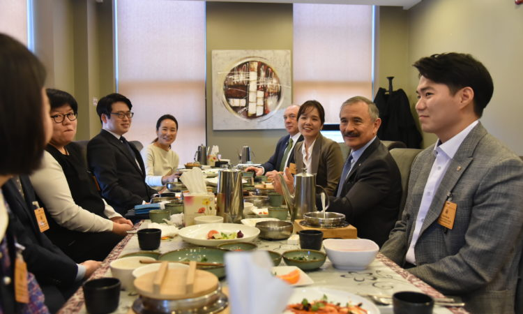 Ambassador Harris Meets Alumni of U.S. Exchange Programs in Cheongju