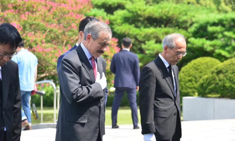 Ambassador Harry Harris Lays A Wreath at Seoul National Cemetery