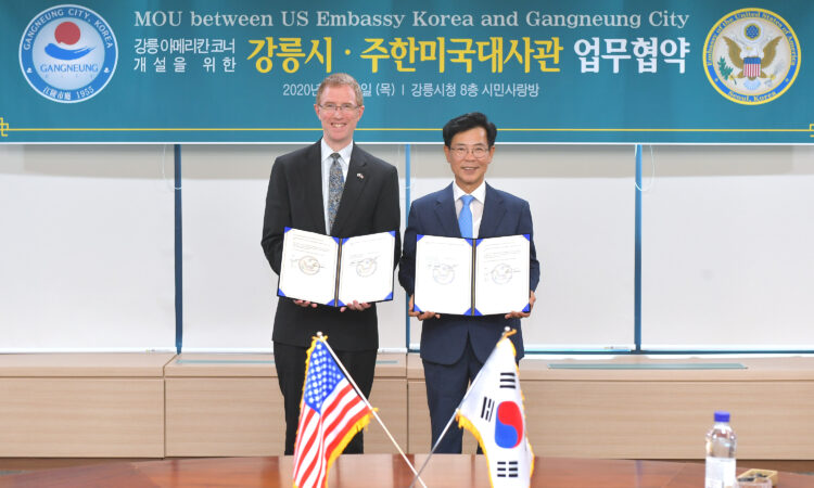 July 30, 2020 – Cultural Attaché Aaron Tarver and Gangneung City Mayor Kim Han-Geun signed a Memorandum of Understanding to open a new American Corner at Gangneung's Moru Library. The new American Corner will support the U.S.-ROK alliance as a focal point for U.S. programming, including English language instruction and U.S. education advising, and as a welcoming space for Gangwon residents to learn more about the United States.