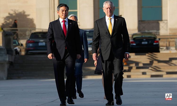 2018년 10월 31일 수요일에 펜타곤에서 개최된 2018 한미 안보협의회의에 참석한 짐 매티스 국방장관(우측)과 정경두 국방부 장관(좌측)이 의장대 사열을 시작하기 위해 도착하고 있다. (AP 사진)
