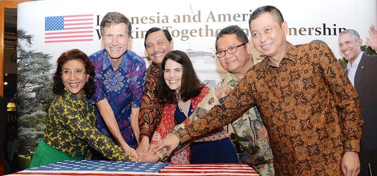 Ambassador Blake, Ambassador Hachigian, Minister Susi, Minister Luhut, Minister Antara and Minister Jonan cut the cake at the 240th Independence Day celebration