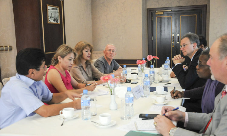 Deputy Assistant Secretary for Central Asia Daniel Rosenblum with Uzbek Journalists. (U.S. Embassy photo)