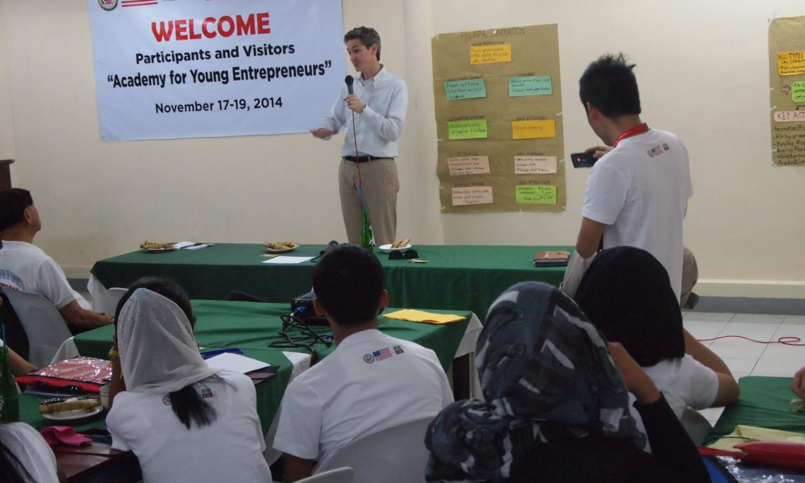 U.S. Embassy Manila Economic Officer Peter Davis delivers a message to participants of the Academy for Young Entrepreneurs in Iligan City.