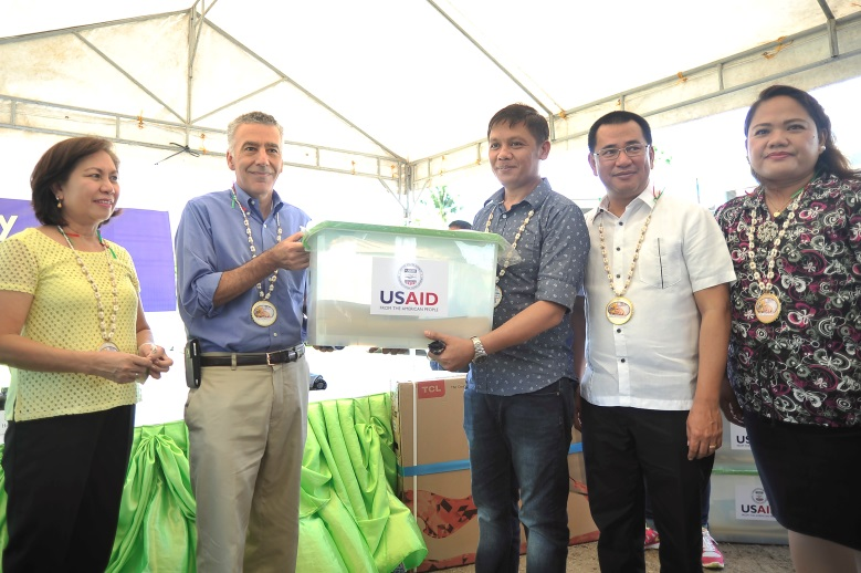 U.S. Ambassador to the Philippines Philip S. Goldberg inaugurated 10 newly-constructed classrooms in Palo City, Leyte as part of the U.S. government's rehabilitation efforts in areas devastated by Typhoon Yolanda.