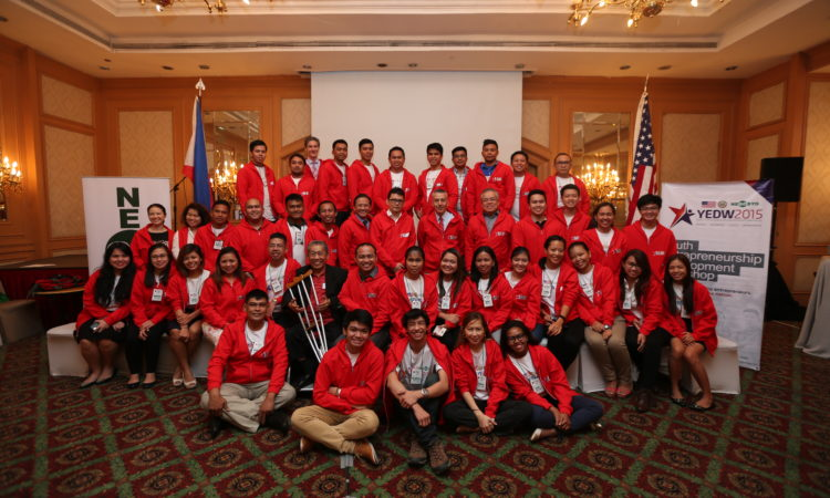 Go Negosyo founder and Presidential Consultant for Entrepreneurship Joey Concepcion and Ambassador Philip S. Goldberg pose with participants from the 2015 culminating YEDW workshop in Manila.
