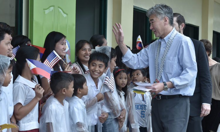 Ambassador Sung Y. Kim is warmly welcomed by the students of Anahaway Elementary School and Anahaway National High School.