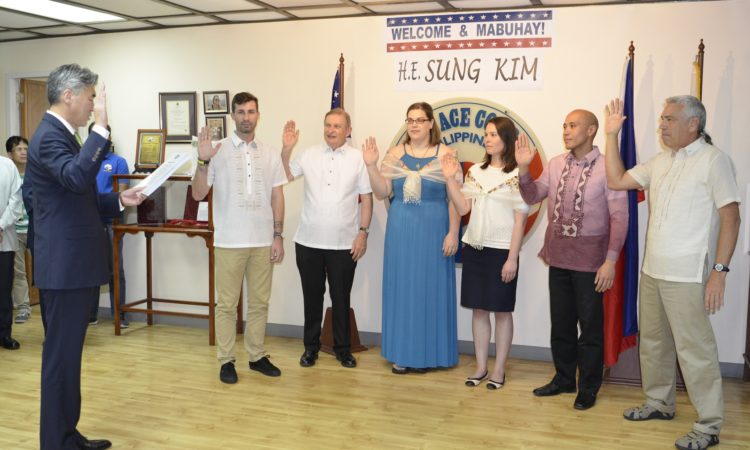 U.S. Ambassador to the Philippines Sung Kim recently administered the swearing in of six new Peace Corps Response Volunteers (PCRVs) at the Peace Corps office. The PCRVs have just completed a compressed two-week training in Manila to prepare them for their 7 to 8 month short-term assignments.