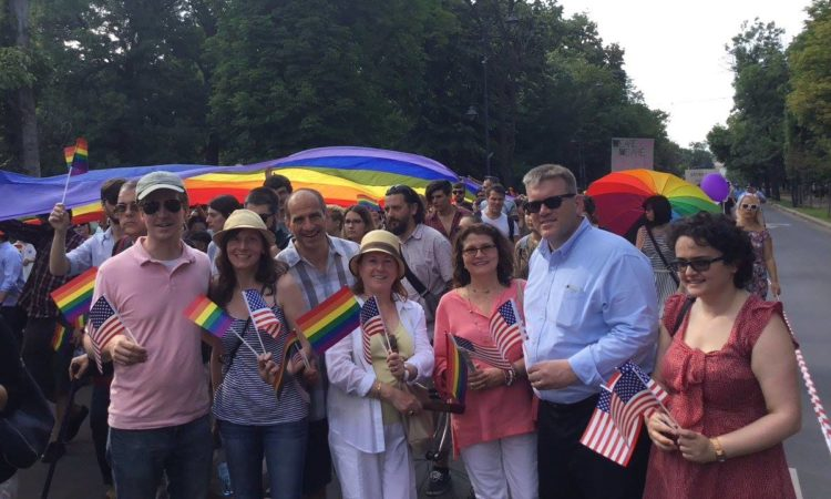 Adjunctul şefului misiunii diplomatice a SUA, Dean Thompson, şi membrii ai comunităţii ambasadei, participă la Marşul Diversităţii. (Foto: Carmen Valica / Public Diplomacy Office)