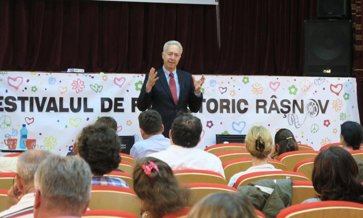 Ambassador Hans Klemm delivers remarks at the Film Festival in Râşnov. Râşnov, July 30, 2016. (Isabella Alexandrescu / Public Diplomacy Office)