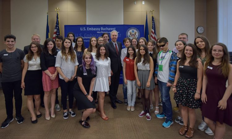 Ambassador Hans Klemm with the 2016 FLEX participants. Bucharest, July 13, 2016. (Lucian Crusoveanu/Public Diplomacy Office)