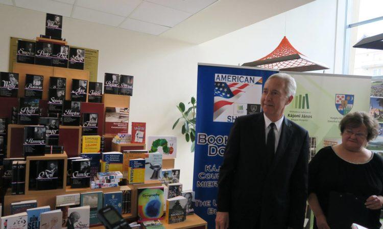 La Biblioteca Judeţeană Kájoni János, ambasadorul Hans Klemm a inaugurat cel de-al optulea Raft american din România. Foto: Carmen Valica/Ambasada SUA