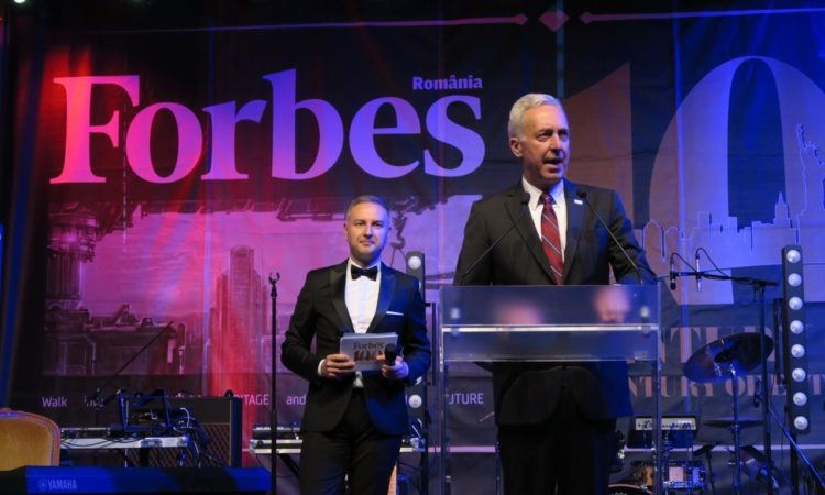 Ambassador Hans Klemm delivers remarks at the Forbes 100 Gala. Bucharest, May 22, 2017 (Mihaela Armaselu / U.S. Embassy)