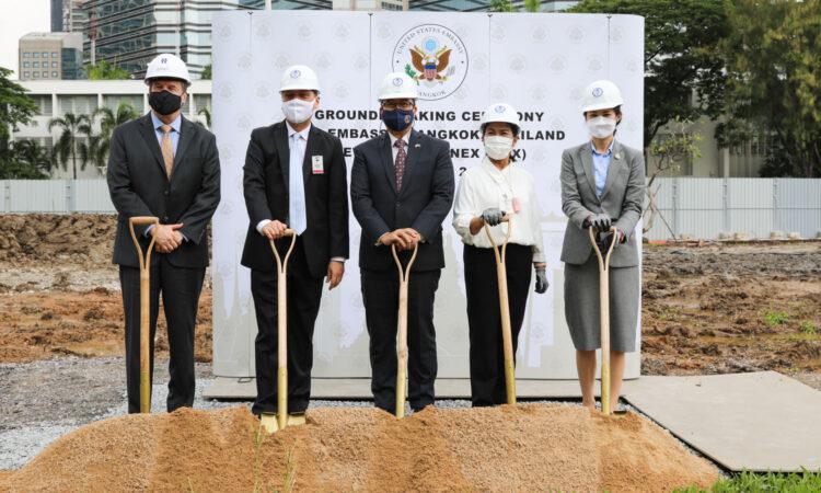 ซ้ายไปขวา: นายไบรอัน เคลลี่ บริษัท BL Harbert International, นายวิชชุ เวชชาชีวะ อธิบดีกรมอเมริกาและแปซิฟิกใต้ กระทรวงการต่างประเทศ, นายไมเคิล ฮีธ อุปทูตรักษาการแทนเอกอัครราชทูตสหรัฐฯ ประจำประเทศไทย, นางมาศวัลย์ ปิ่นสุวรรณ ผู้อำนวยการเขตปทุมวัน และนางสาวพัชรินทร์ ซำศิริพงษ์ สมาชิกสภาผู้แทนราษฎรเขตปทุมวัน