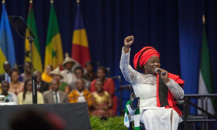 Grace Jerry 2015 yılında Mandela Washington Bursiyerler Zirvesinde konuşuyor (D.A. Peterson/ABD Dışişleri Bakanlığı.)