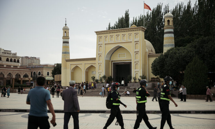 Çin'in Sincan bölgesindeki Kaşgar'da 30 Haziran 2020'de Id Kah Camii yakınlarında polis devriyesi. (© David Liu/Getty Images)