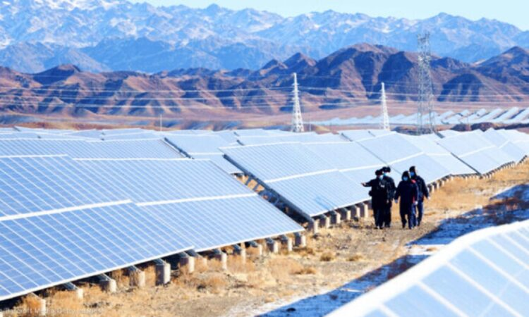 İnsanlar 24 Ocak'ta Sincan'daki bir güneş enerjisi santralinde inceleme yaparken. ABD hükûmeti, Sincan'da zorla çalıştırmaya ilişkin elde edilen bulgular nedeniyle güneş panellerinde kullanılan belirli ürünlerin ithalatını durduruyor. (© Costfoto/Barcroft Media/Getty Images)