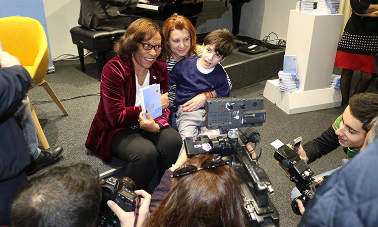 "U.S. Embassy launches Armenian translation of bestselling novel ""Out of My Mind"""
